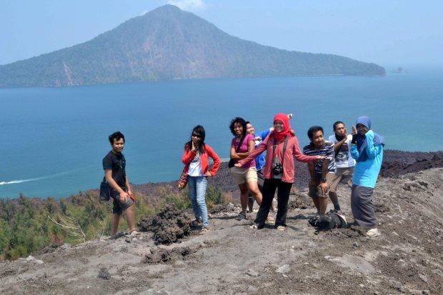 teman-teman baru di puncak gunung anak krakatau