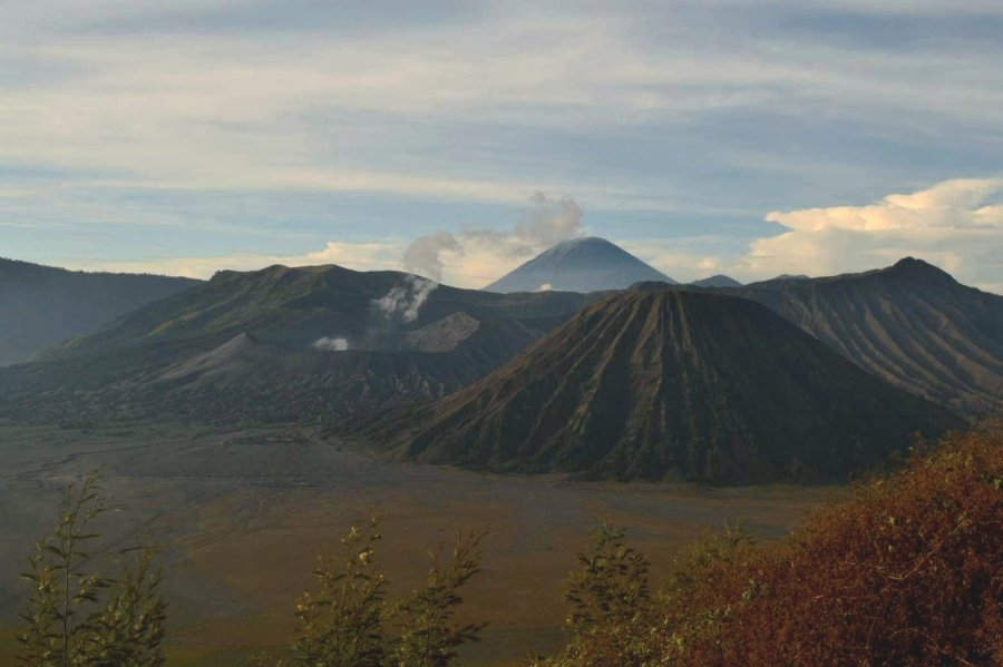gunung batok, kawah bromo, dan mahameru sebagai latar