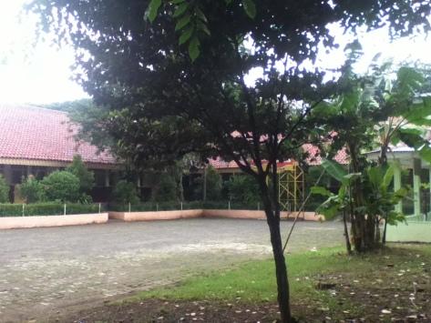 sekolah di tengah kebun