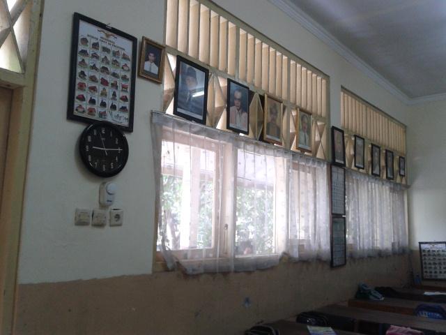 gambar di dinding