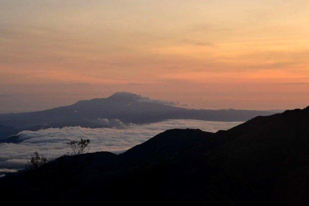 hamparan awan berlatar gunung merbabu di kejauhan