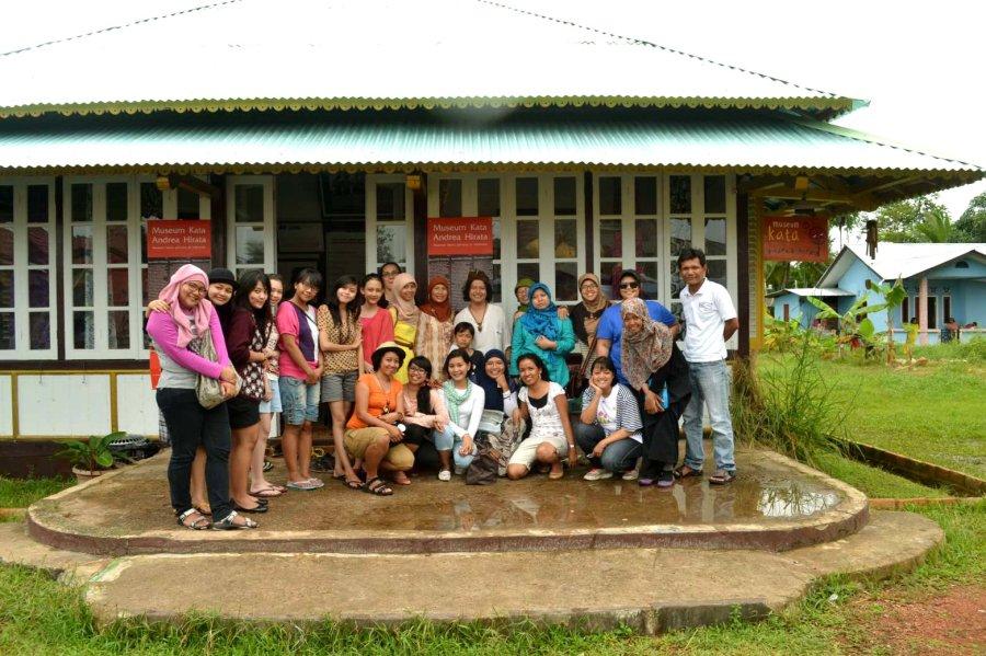 peserta grup di depan Museum Kata