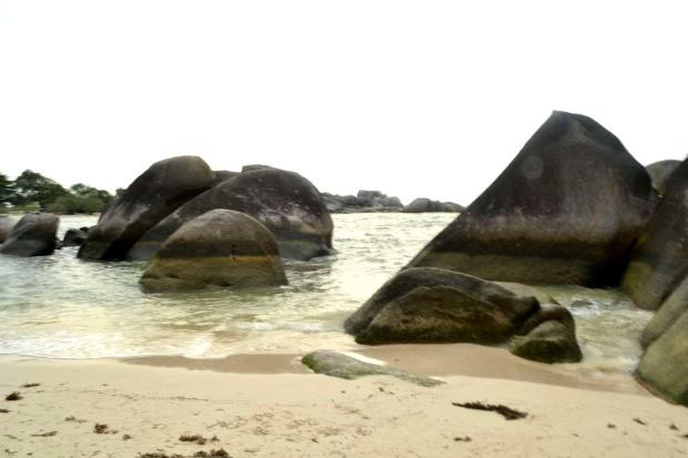 walau banyak batu namun tak banyak karang. relatif dangkal di tepian