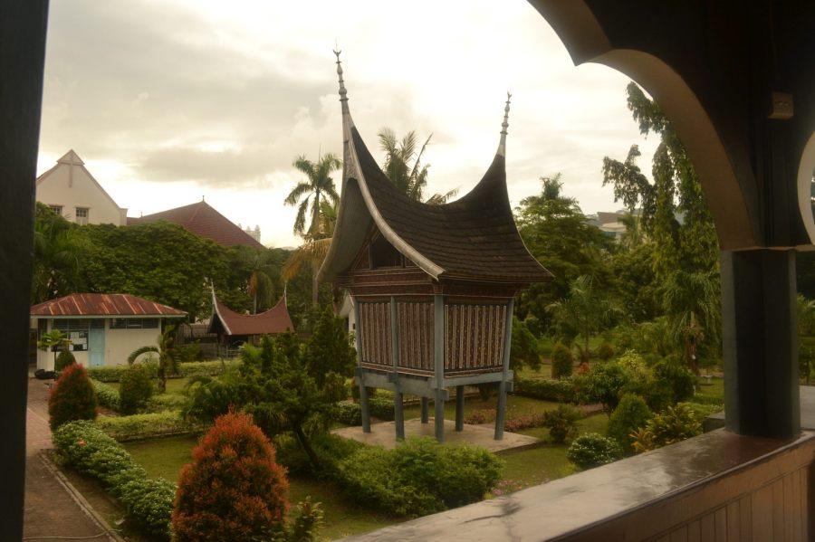 lumbung di depan museum