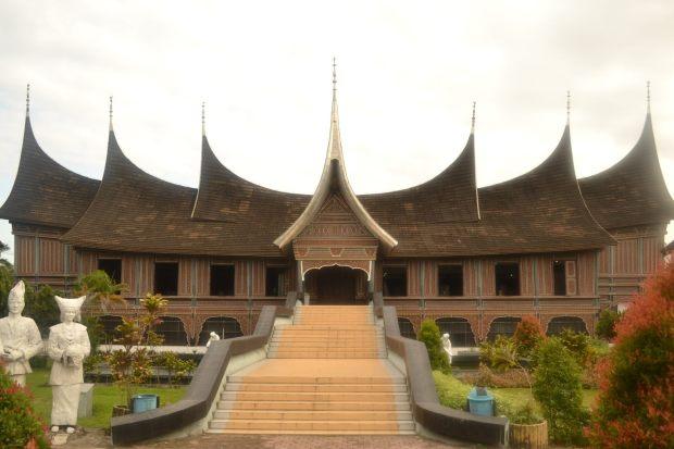 museum adityawarman berbentuk rumah gadang