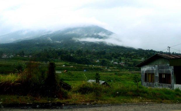 gunung marapi di kanan jalan