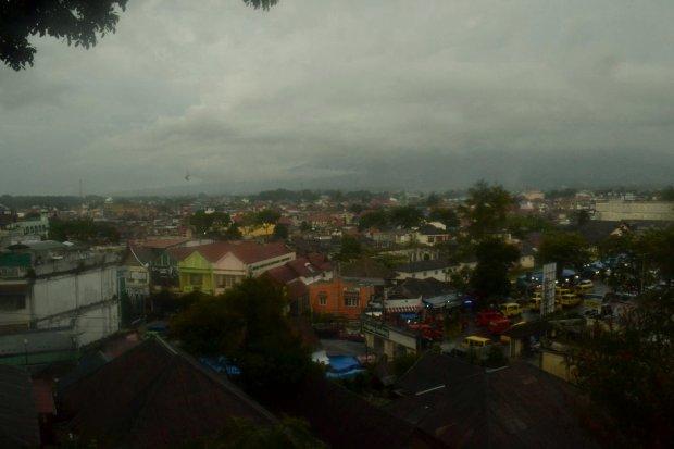 dari celah pandang di plaza timur