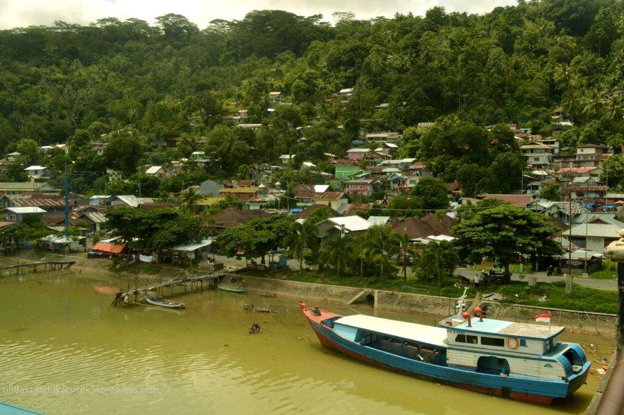 sungai di bawah jembatan, dengan rumah-rumah di lembahnya