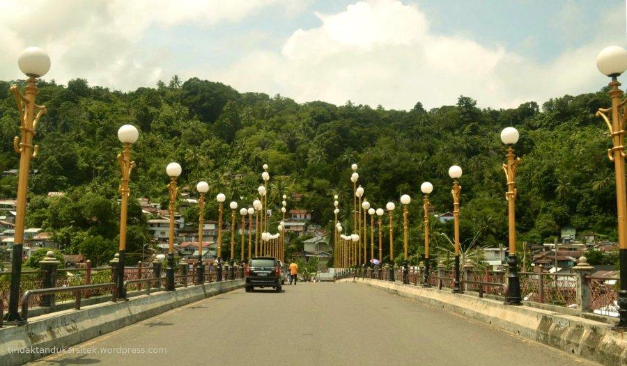jalur dua arah jembatan menuju gunung makam sitti nurbaya