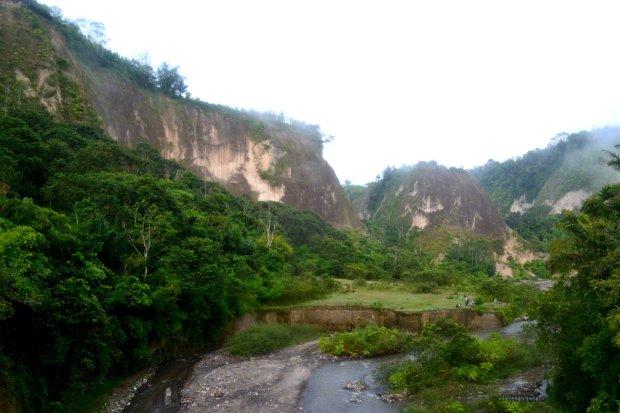 mencapai patahan ngarai menyeberangi sungai