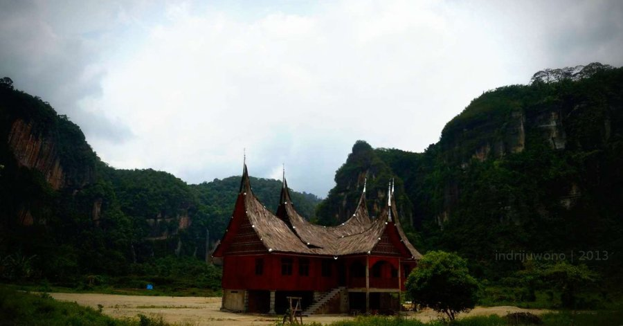 rumah gadang dikepung bebatuan