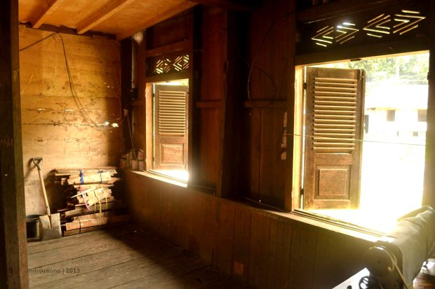 kayu bakar di sudut ruangan