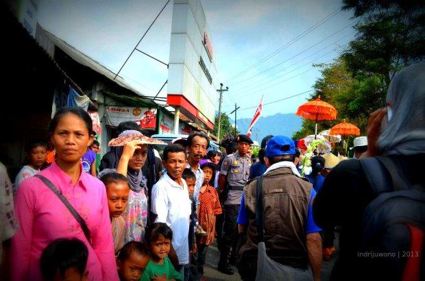 penduduk lokal yang mengikuti di sepanjang jalan