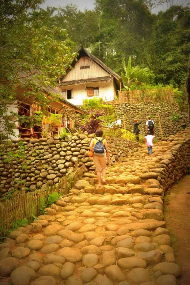 jalan batu di antara bawah dan atas
