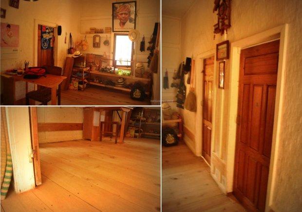 ruang tengah, pintu-pintu kamar dan lantai papan kayu