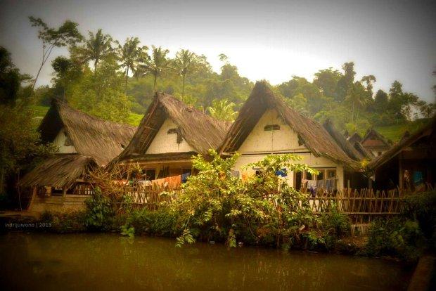 kolam ikan yang membatasi area pemukiman