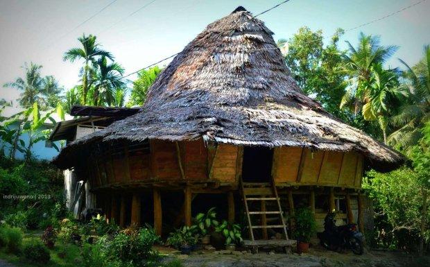 rumah oval dengan lapisan luar yang masih berwarna asli