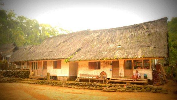 rumah di tepi tanah lapang