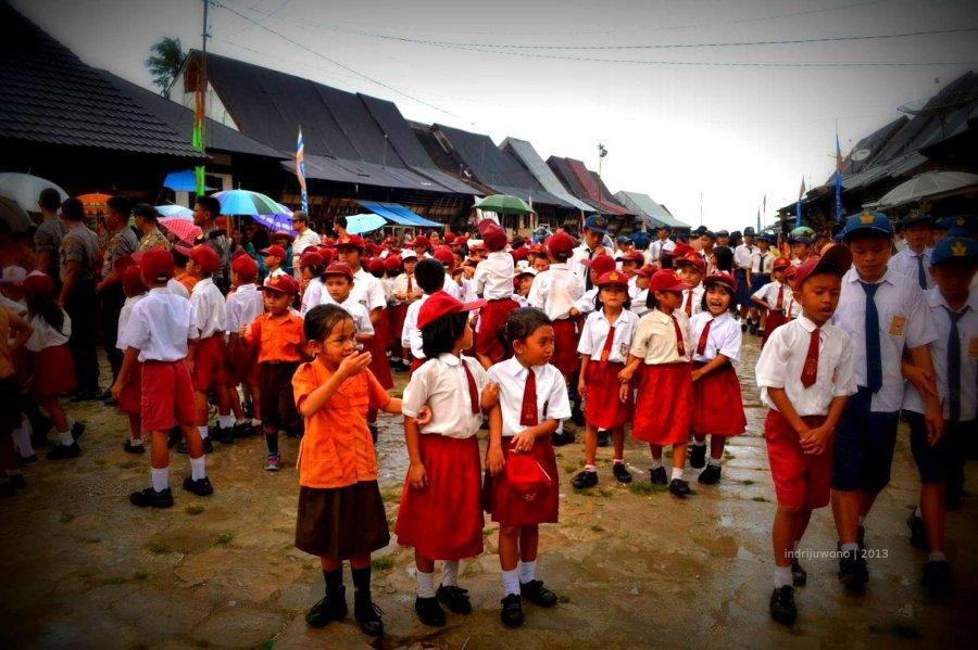 anak sekolah yang menyambut pejabat