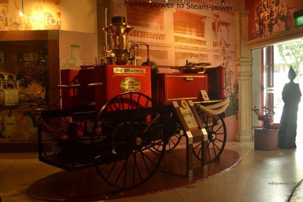 mobil pemadam kebakaran dengan mesin uap