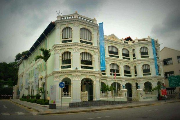 bangunan bernuansa hijau telur asin lembut dengan gaya kolonial