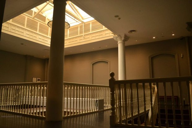 void 4 lantai, dengan railing kayu dan lantai kayu