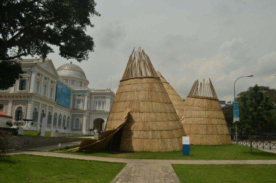 instalasi Eko Prawoto di depan museum