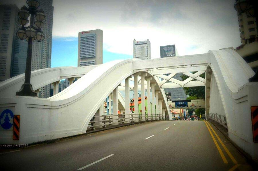 jalan yang dilintasi jembatan
