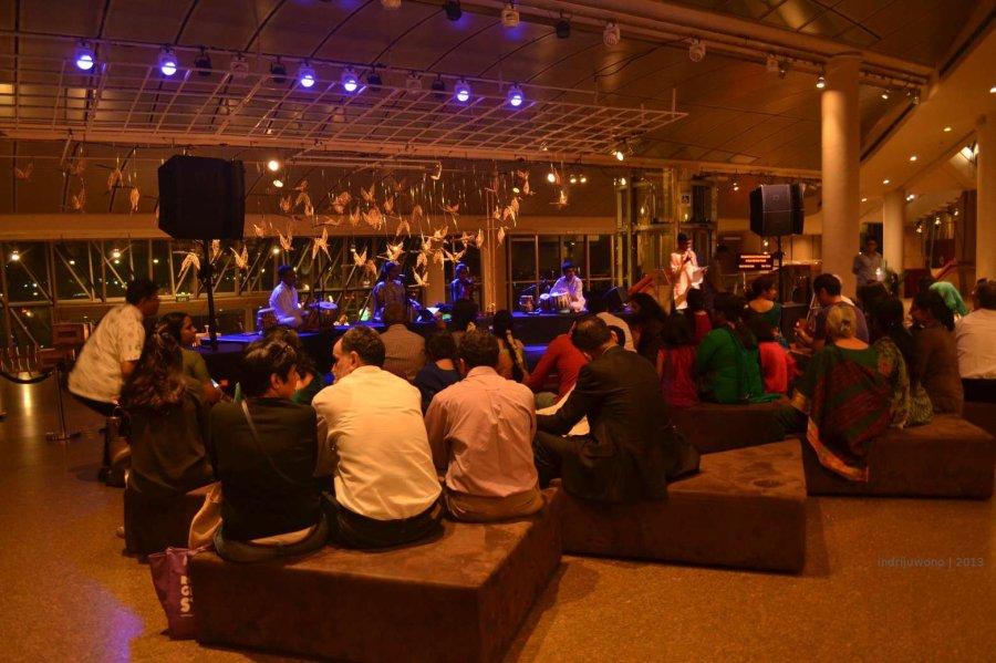 sekerumun orang melihat pertunjukan seni india