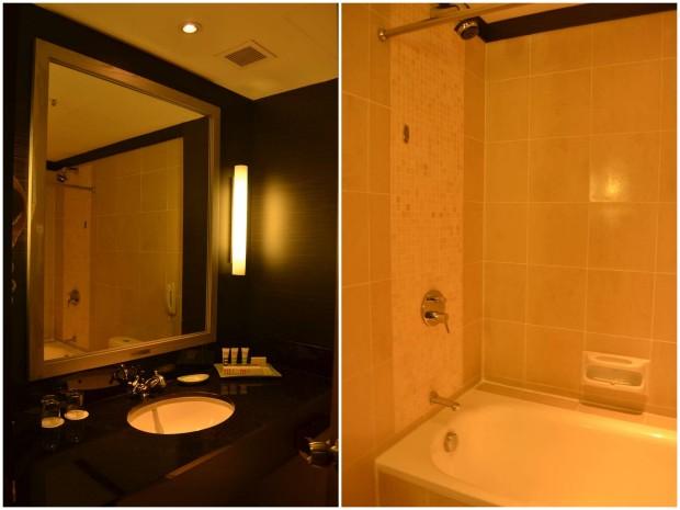 kamar mandi dengan granit hitam dan dilengkapi bathub