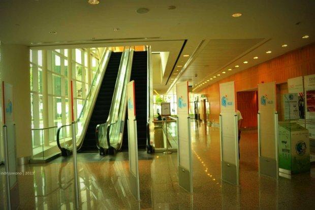 screening gate dan eskalator ke lantai atas