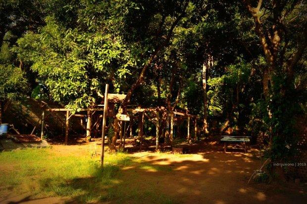 pekarangan antara rumah tamu dan rumah utama