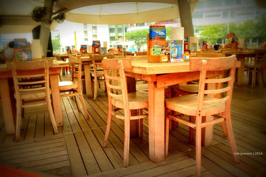 kafe-kafe dengan deck kayu mengambang