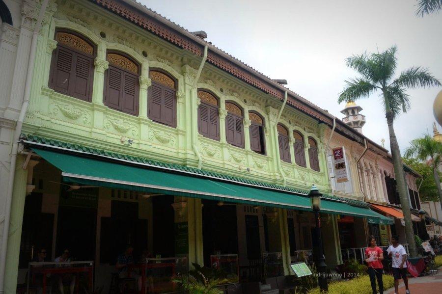 depan green kiwi yang langsung menghadap bussorah rd masjid sultan