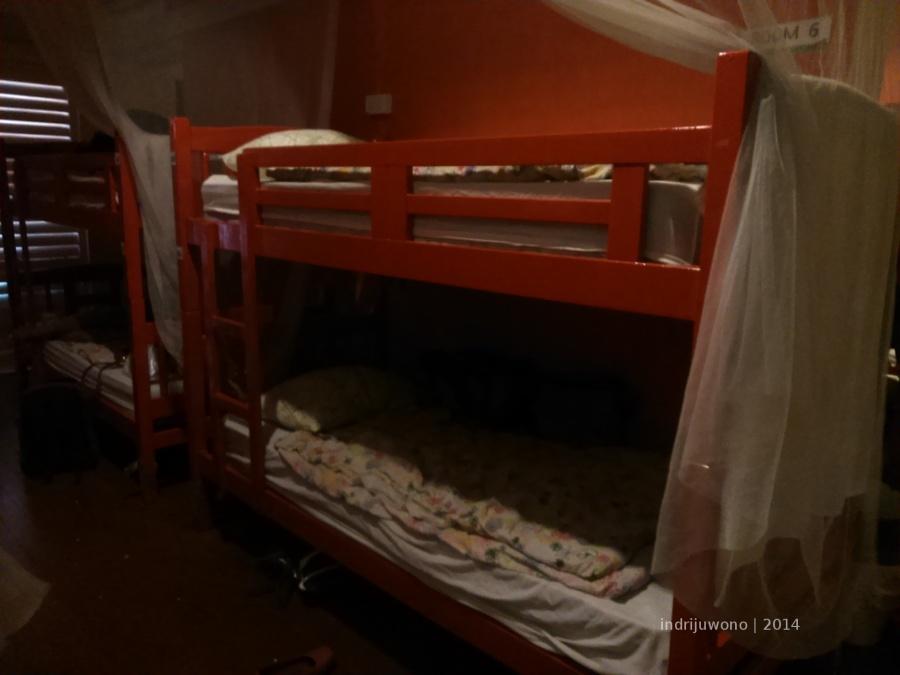 tempat tidur kayu merah bersusun.