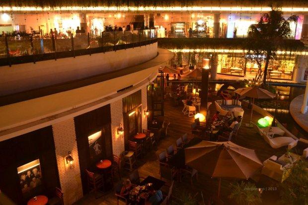 restoran terbuka yang ramai