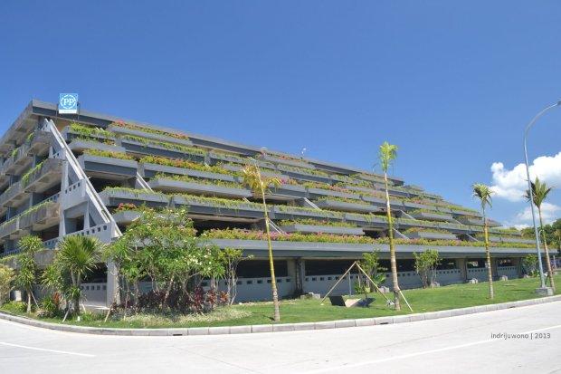 gedung parkir yang mirip taman gantung