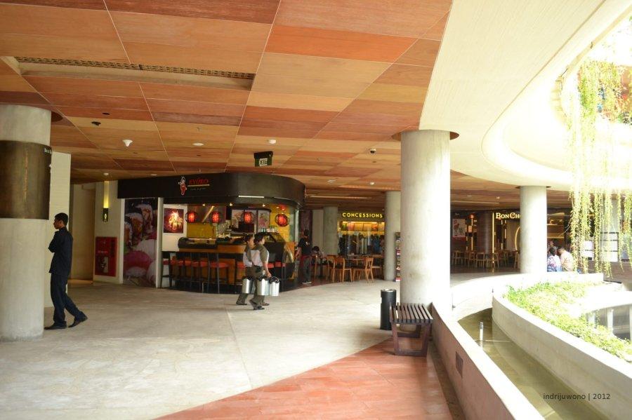 koridor tepi di lantai atas