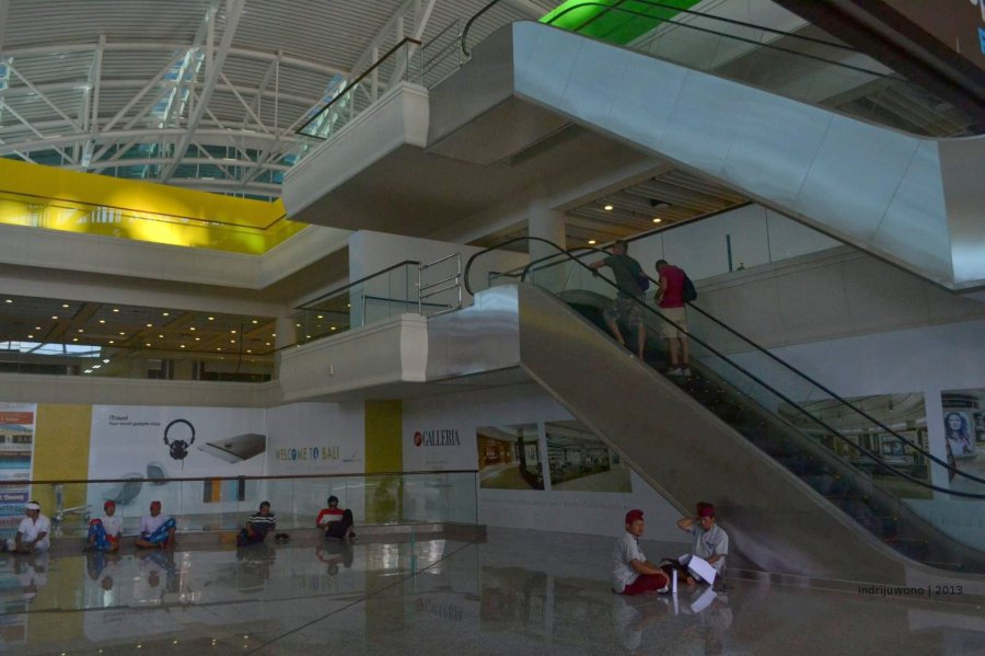 eskalator penghubung ke gate keberangkatan