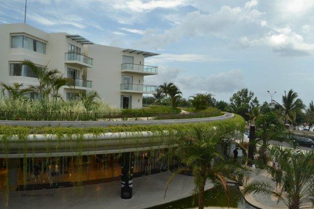 rimbun tanaman rambat dengan latar hotel sheraton