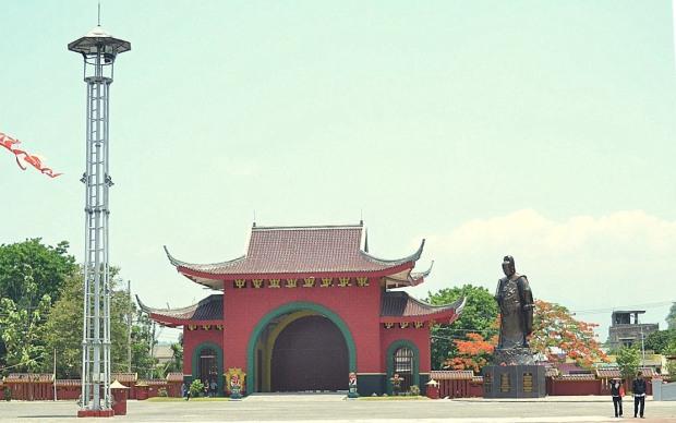 gerbang selatan dan patung cheng ho