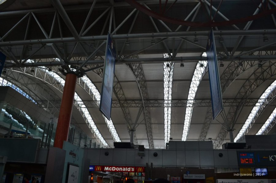 sirip-sirip cahaya diantara rangka batang ruang struktur lengkung