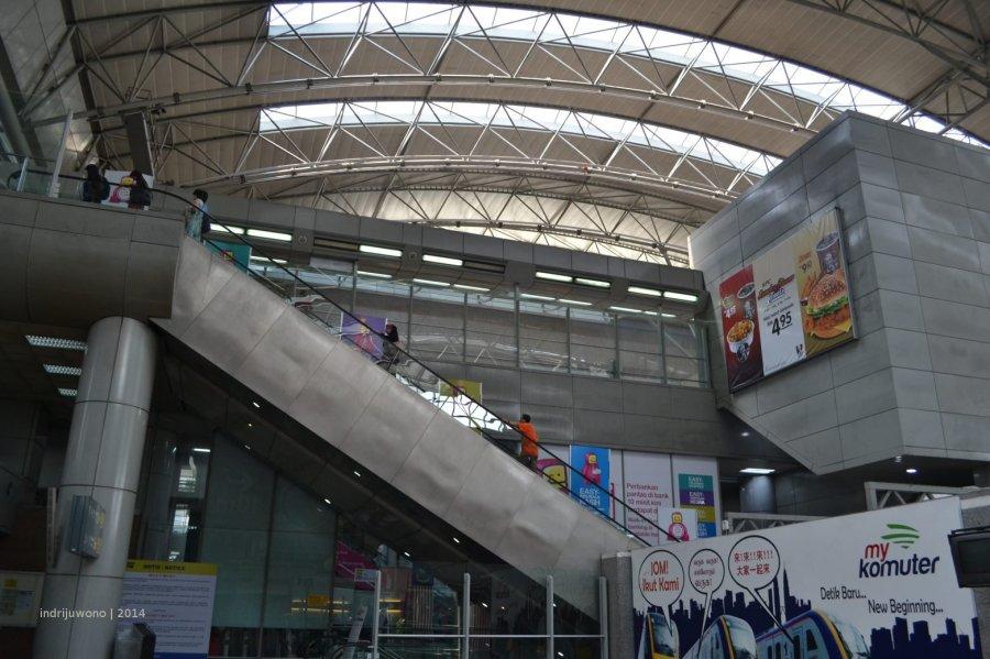 eskalator naik ke jalur LRT
