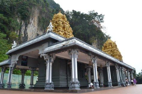kuil dengan latar bukit batu