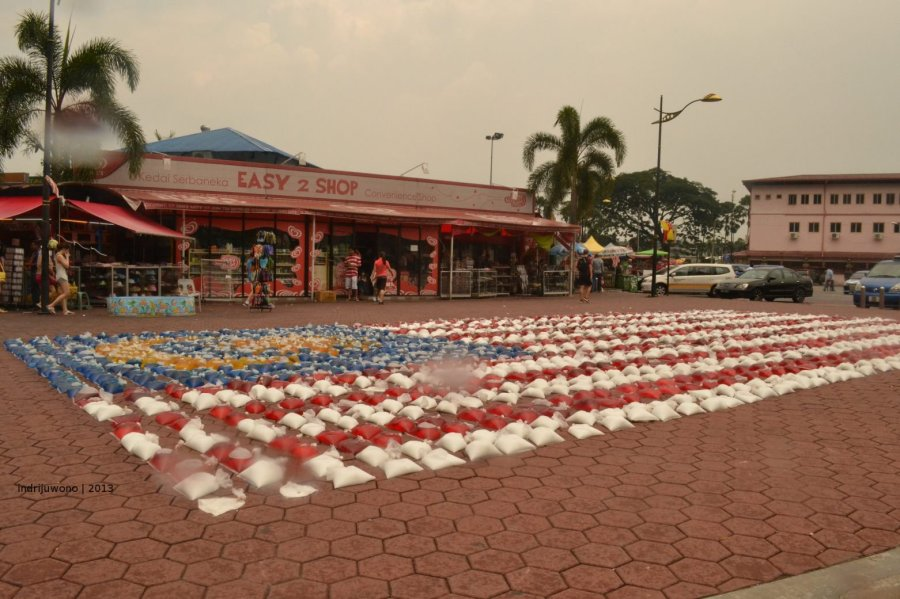 bendera malaysia dalam air berwarna