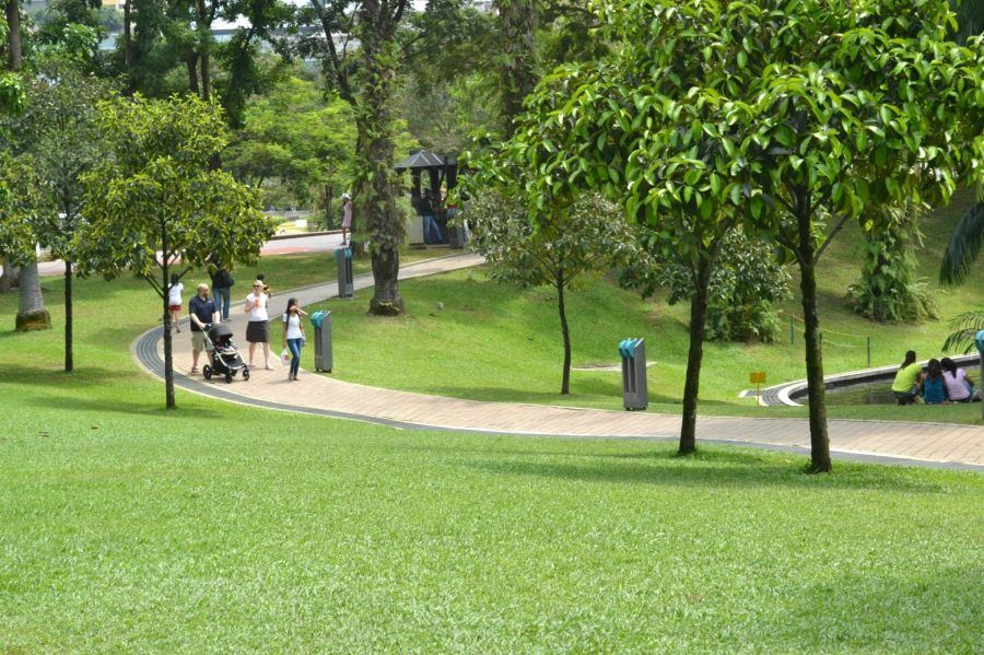 keluarga berjalan-jalan di taman
