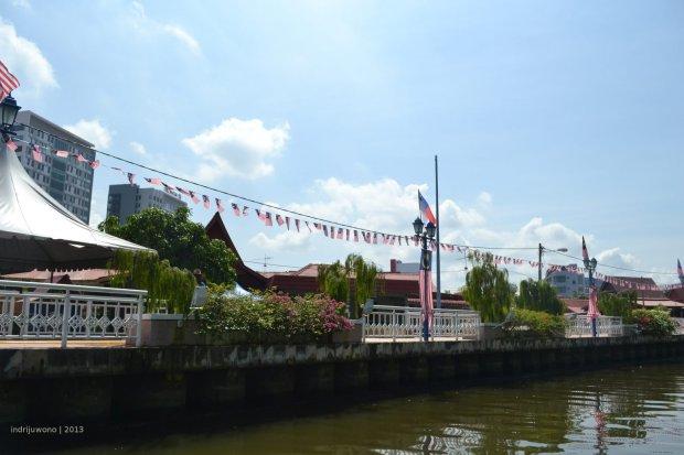 bendera membentang