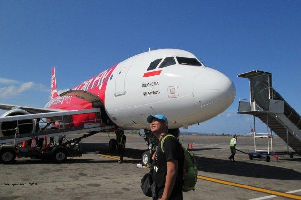 turun dari Air Asia di Bandara Ngurah Rai