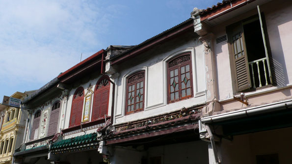 rumah toko, arsitektur khas daerah perniagaan [foto dari : http://specials.malaysia.msn.com/merdeka/whats-the-story-behind-these-streets]
