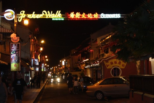 jonker walk -melaka [foto dari http://www.malaysia-asia.com/chinatown-melaka.php]